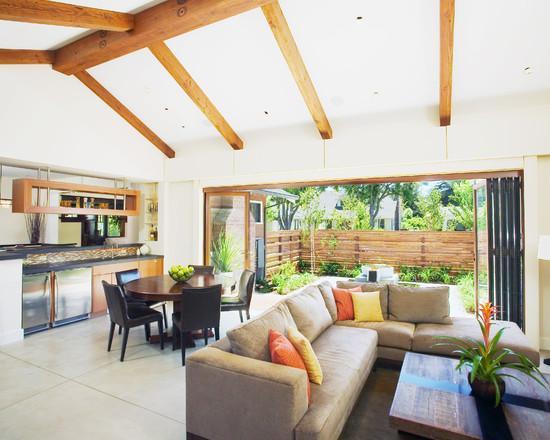 Угловой диван в центре столовой комнаты может стать отличным местом для отдыха и бесед после сытного обеда