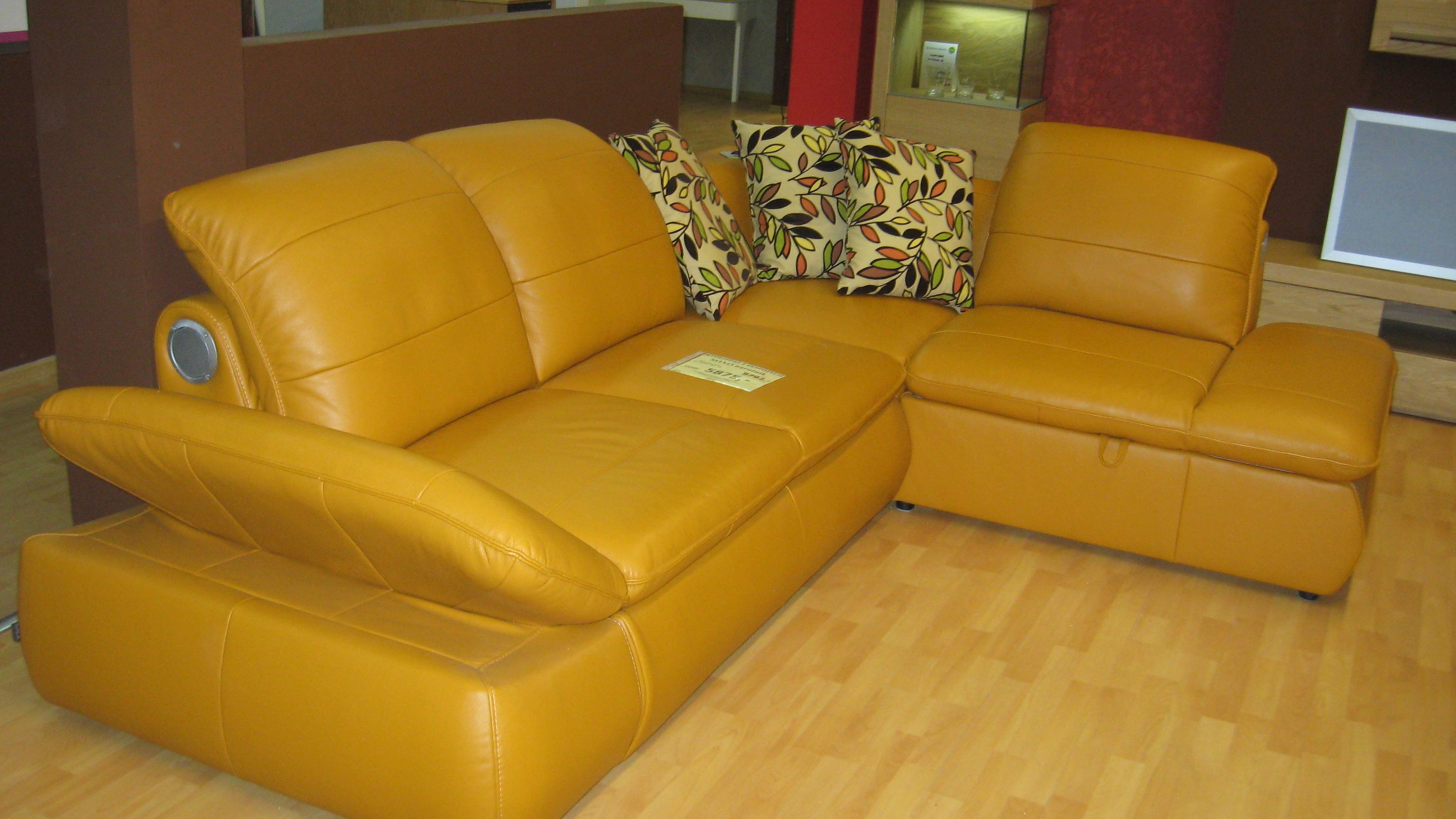 Угловой кожаный диван с аудиосистемой