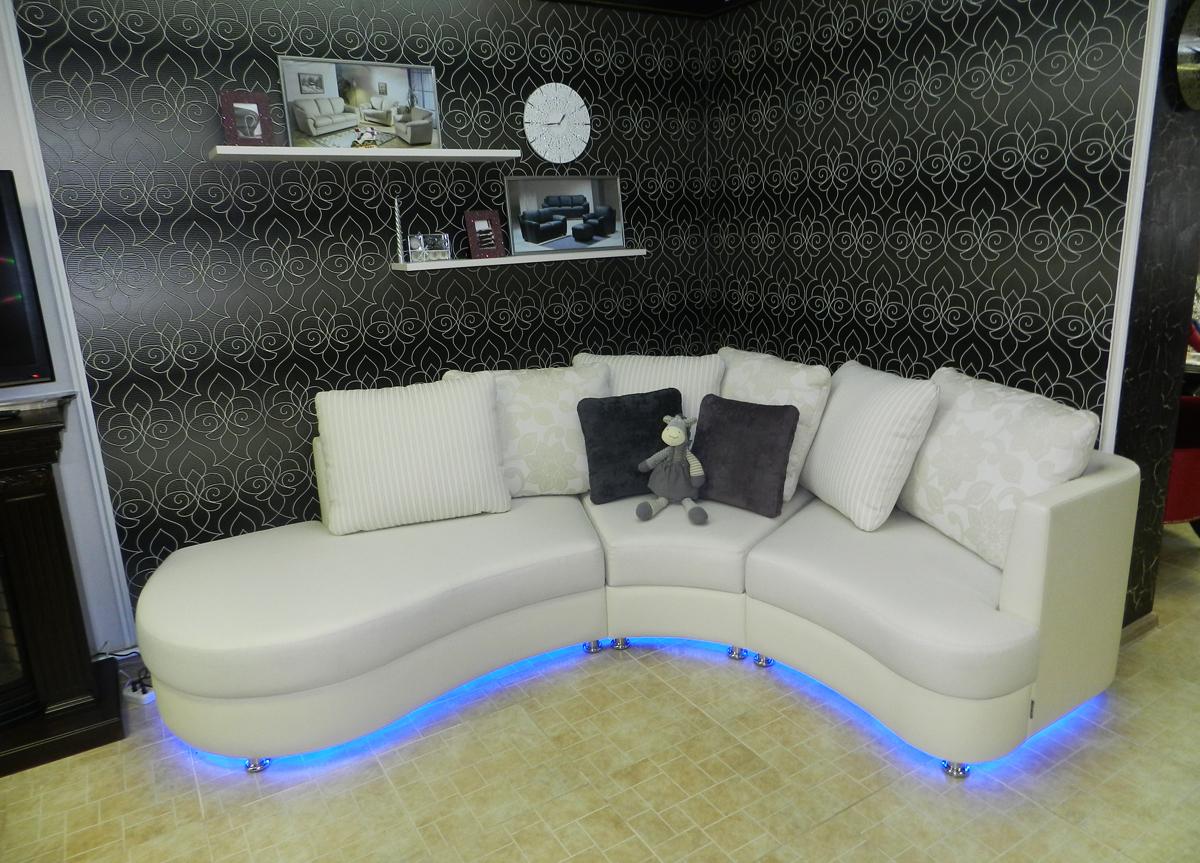 Белый диван с подсветкой