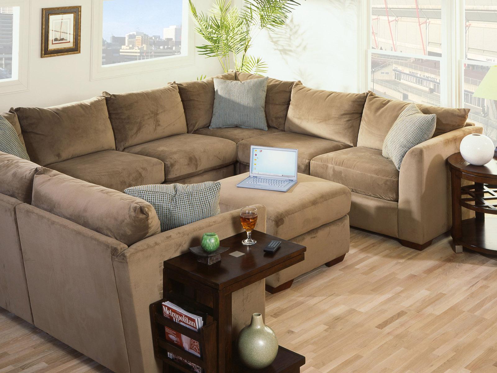 Большой бежевый диван с пуфом