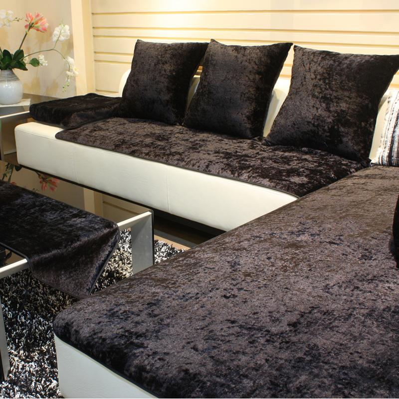 Черное покрывало на белый диван