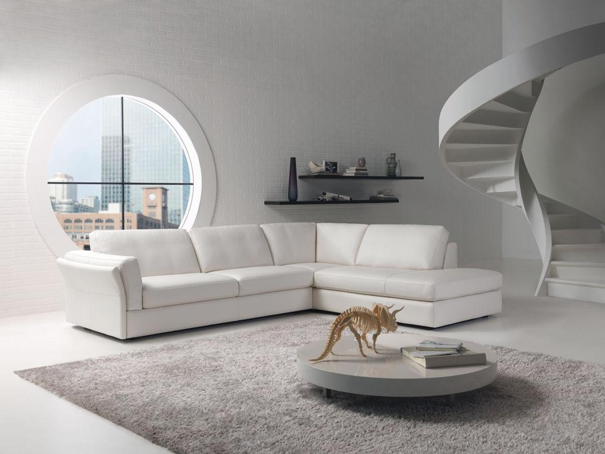 Кипельно-белый диван в белом интерьере