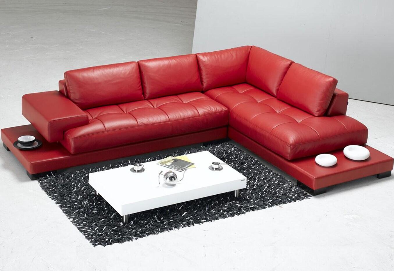 Красный кожаный диван