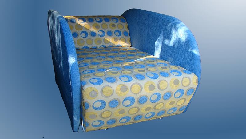 Небольшой диван в синих тонах