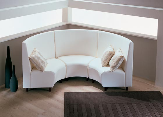 Небольшой полукруглый диван