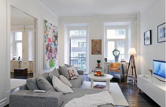 Оформление серого дивана