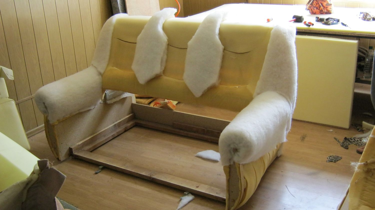 Как заменить обивку дивана своими руками видео