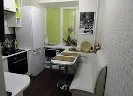 Прямой диван в интерьере кухни