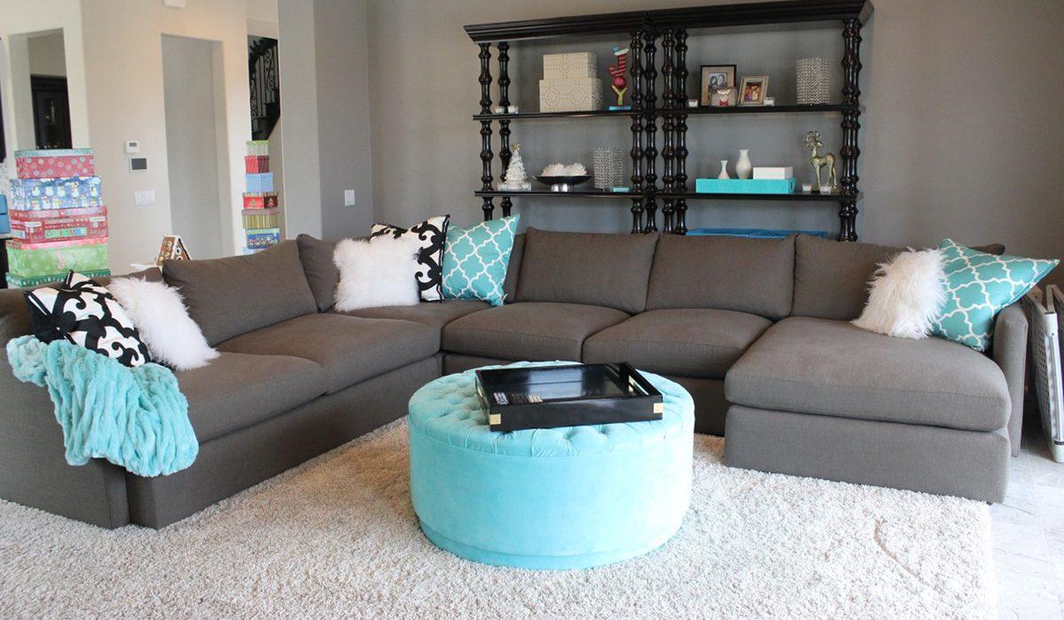 Разносторонний диван в интерьере