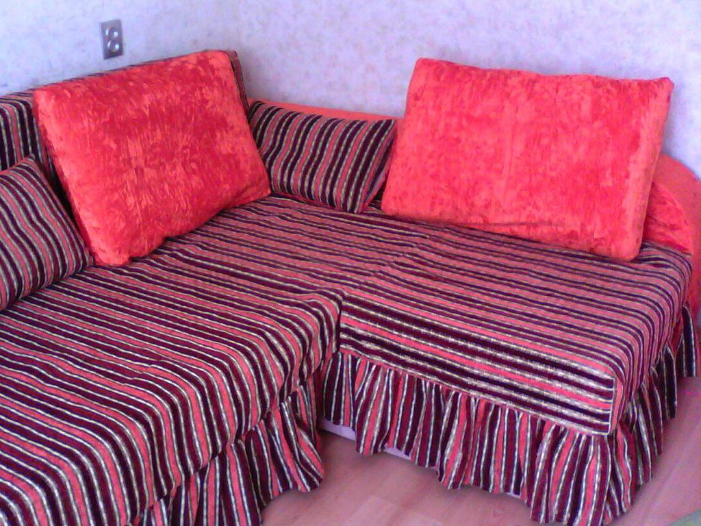 Розовый диван с большими подушками