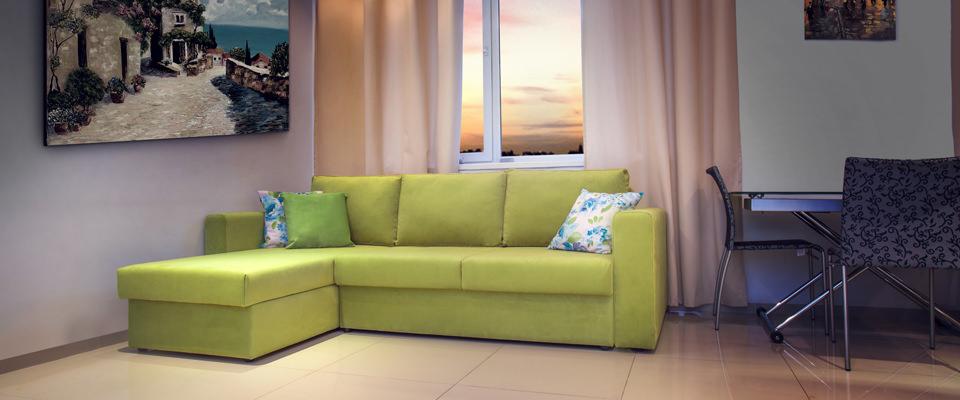 Светло-зеленый диван в интерьере