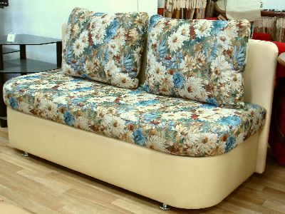 Цветастый диван в кухню