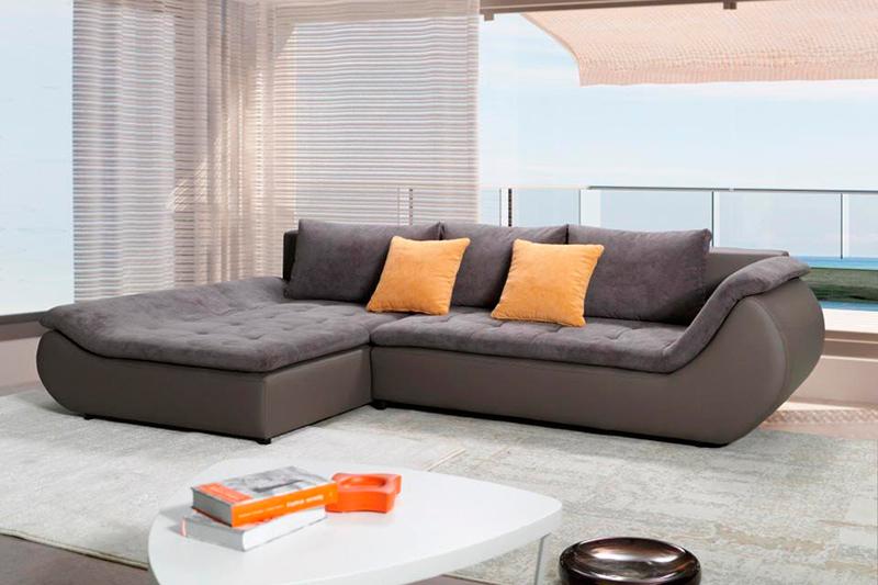 Темный диван с оранжевыми подушками