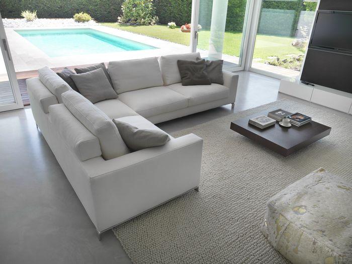 Угловой диван в зале