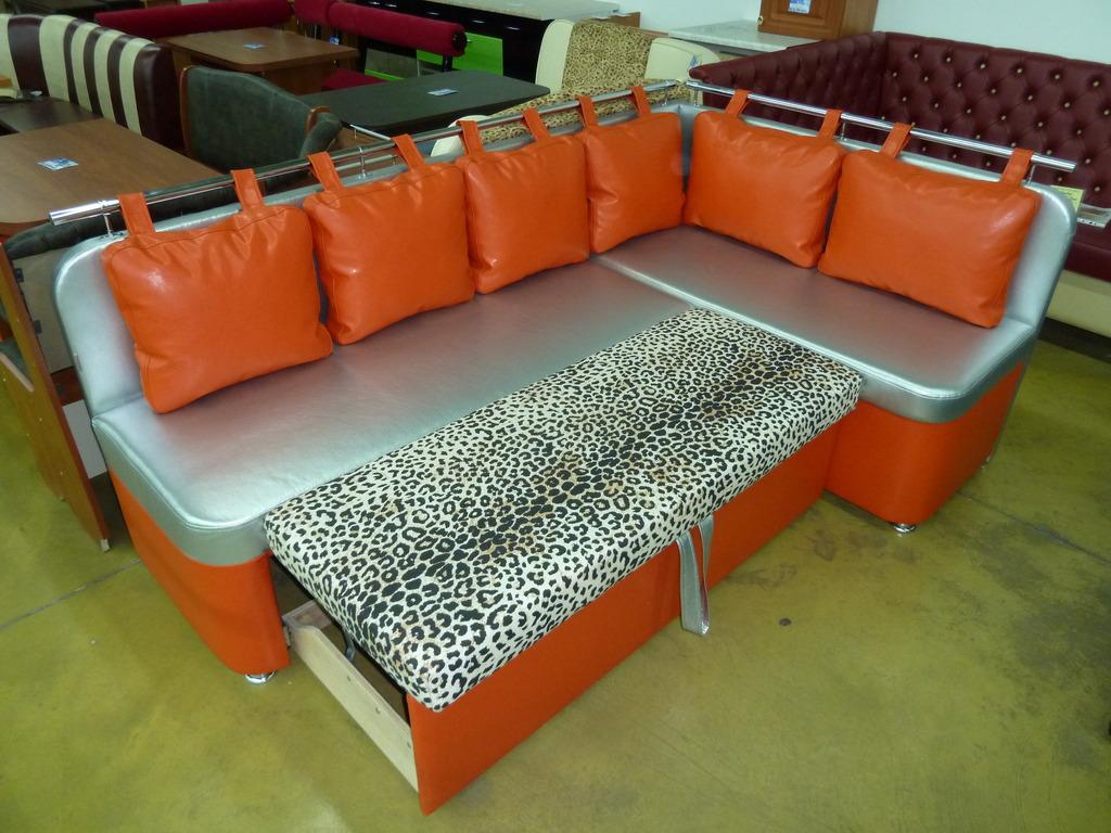 Яркий диван в кухню