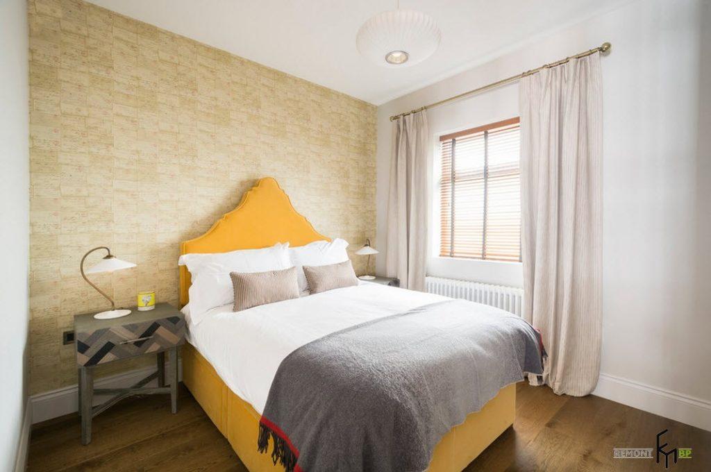 Акцентная кровать желтого цвета