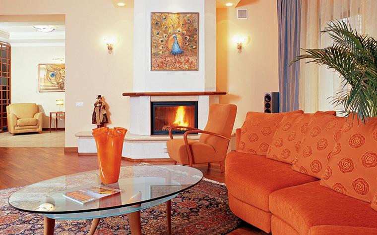 Акцентный оранжевый диван