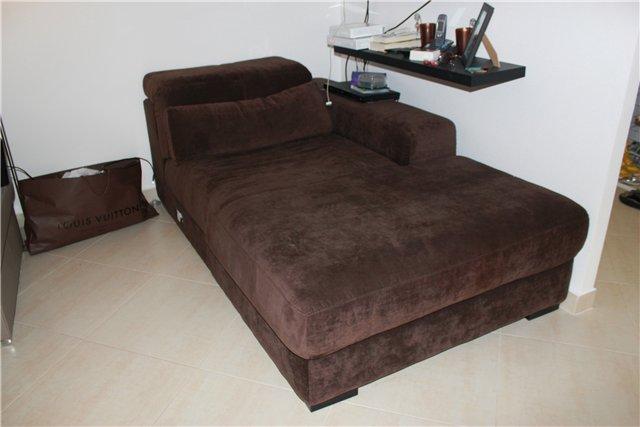 Бархатный красивый диван коричневого цвета