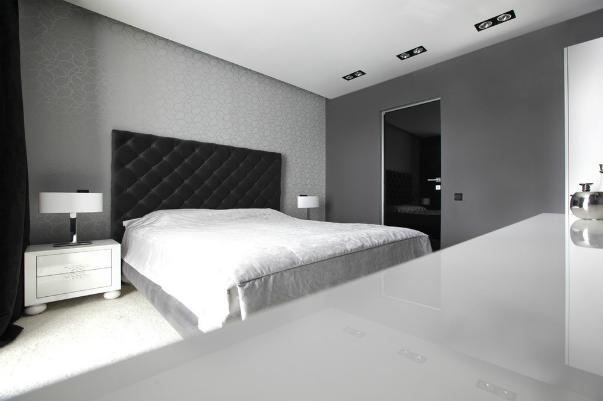 Белое оформление спальни с черной кроватью