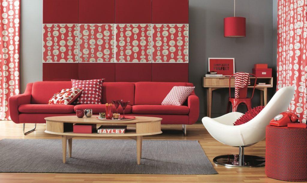 Бледный бордовый диван для дома