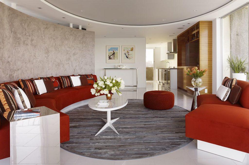 Большие диваны в интерьере дома бордового цвета