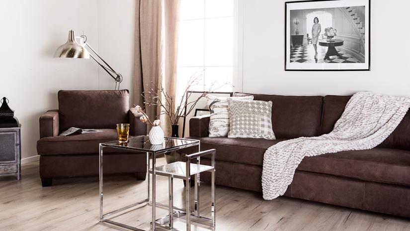 Большой диван коричневого классического цвета