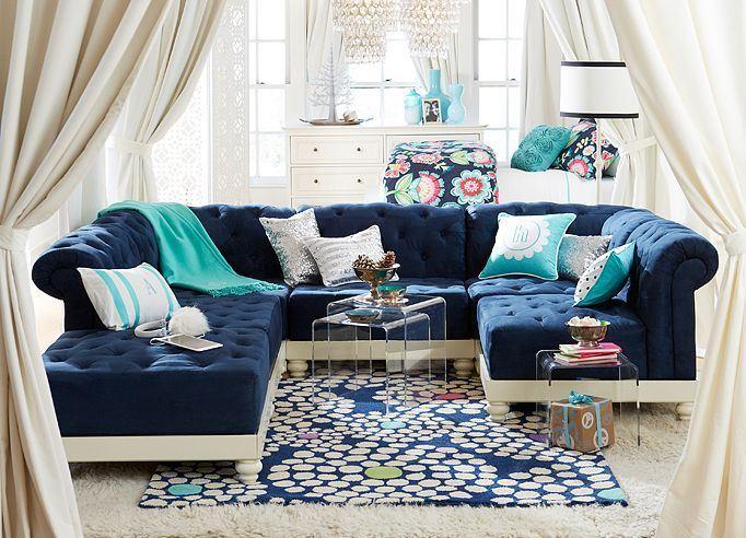 Большой практичный диван синего приятного цвета