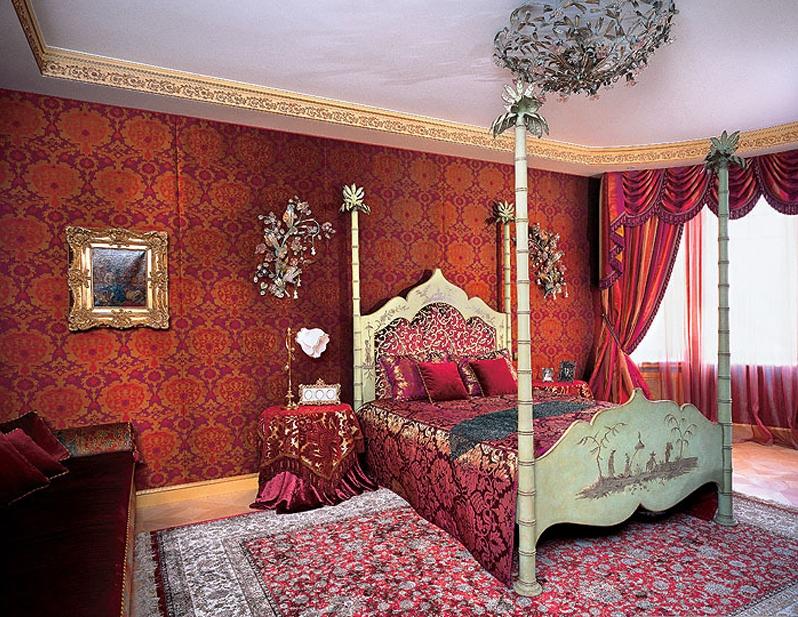 Бордовая кровать в арабском стиле
