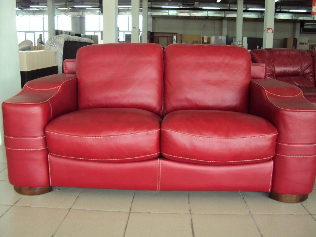Бордовый диван для дома