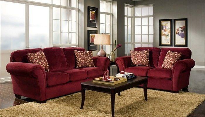Бордовый диван в интерьере