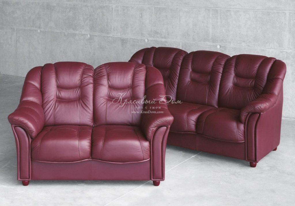 Бордовый диван в кожаной обивке
