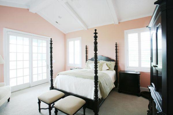 Черная кровать с балдахином