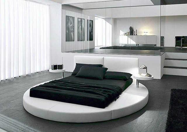Черная кровать в сочетании с белым дизайном спальни