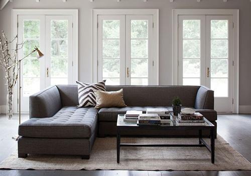 Что можно сделать с серым диваном в интерьере