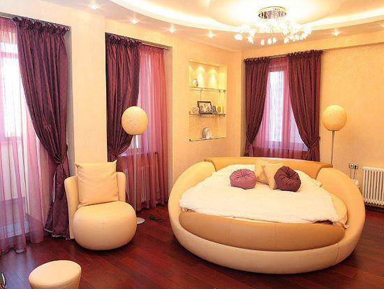 Декор спальни с желтой кроватью