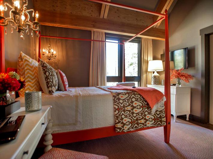 Деревянная кровать оранжевого цвета