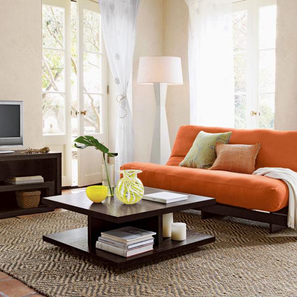 Диван, оформленный в оранжевом ярком цвете