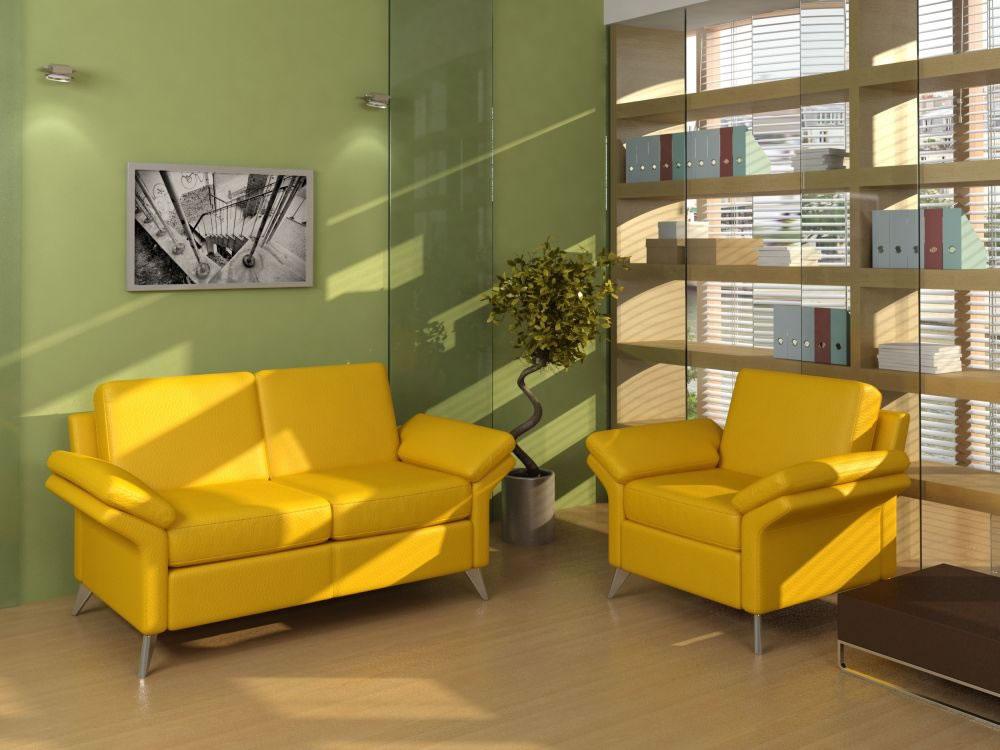 Диван, оформленный в желтом цвете