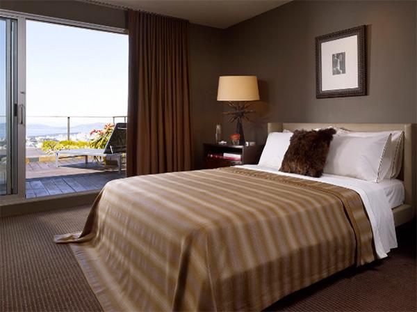 Дизайн интерьера спальни с коричневой кроватью