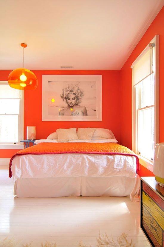 Дизайн интерьера спальни с оранжевой кроватью