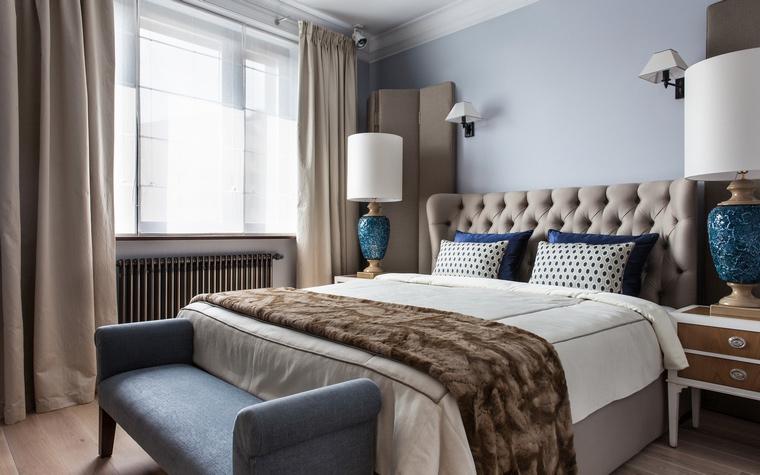 Дорогая кровать светлого коричневого цвета