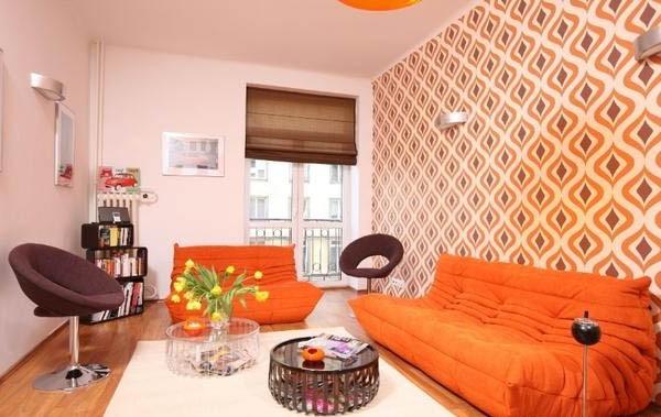 Два оранжевых дивана в интерьере квартиры