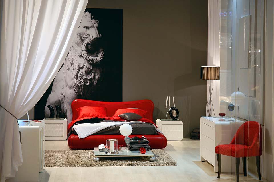 Двухместная кровать красного цвета
