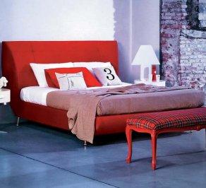 Двухместная современная бордовая кровать