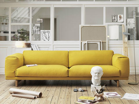 Двухместный диван желтого приятного цвета