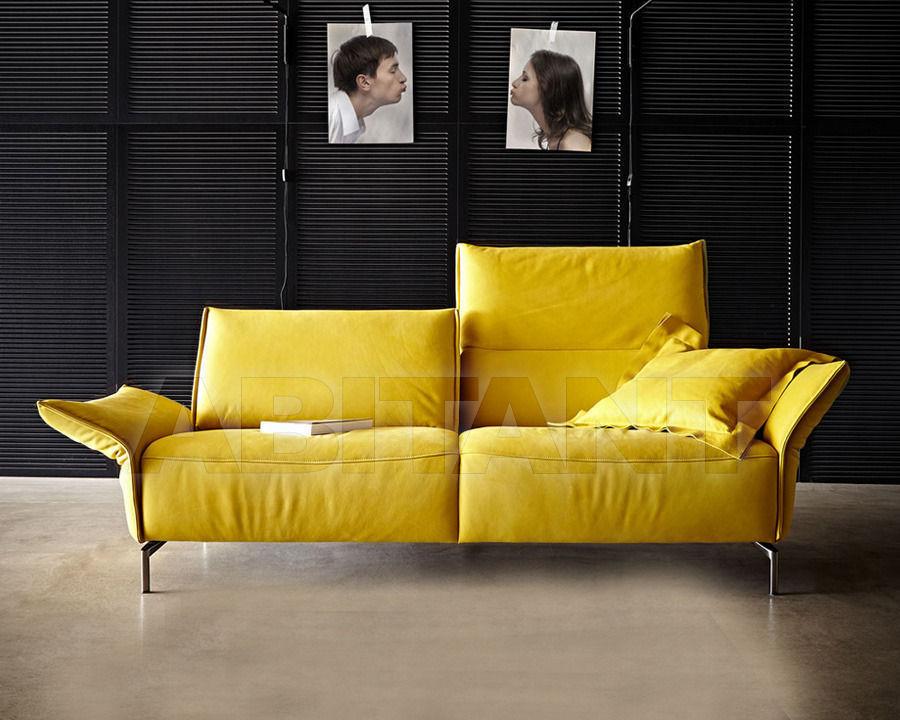 Двуместный диван в желтом цвете