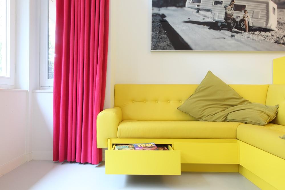 Функциональный желтый диван для дома