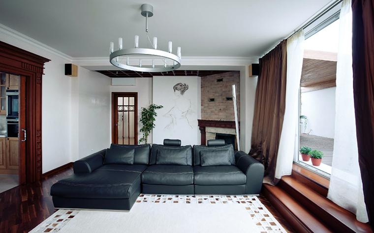 Гостиная с черным диваном