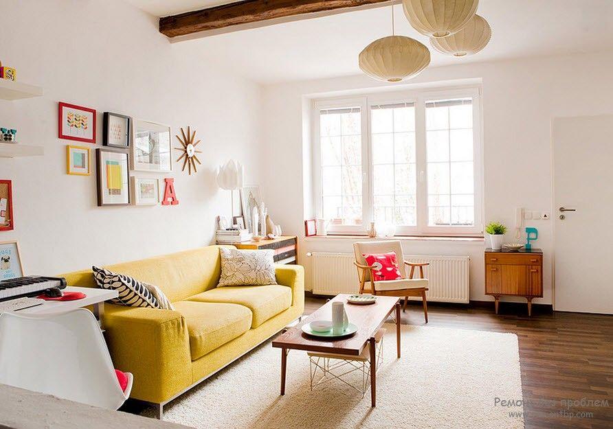 Гостиная с желтым практичным диваном