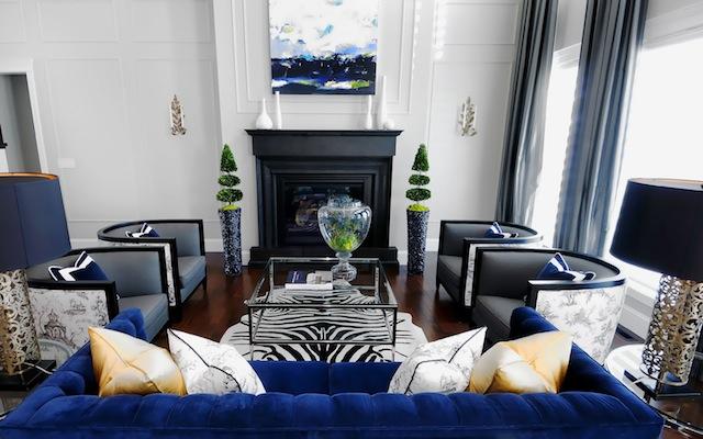 Интерьер гостиной с практичным синим диваном